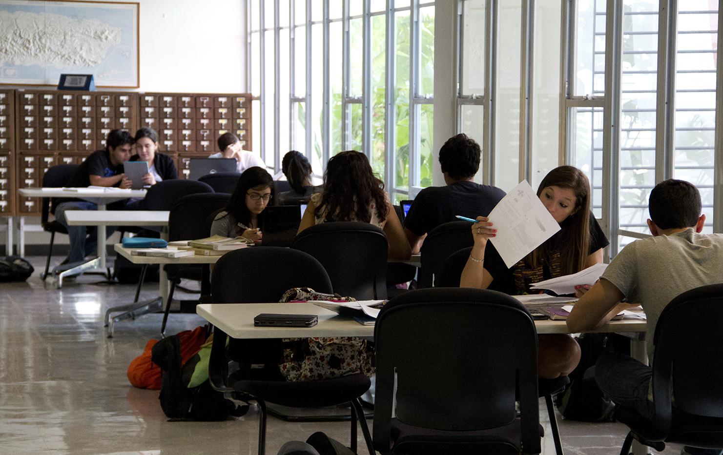 Estudiantes en la Biblioteca Santiago Iglesias Hijo