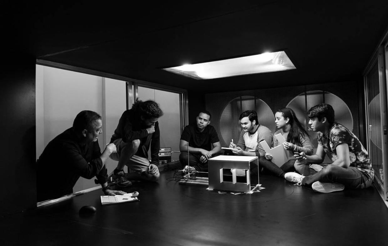 Prof. Muñiz en su Laboratorio Ambiental de Arquitectura Biotropical con estudiantes